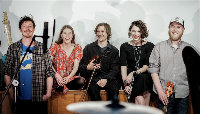 Die UK Band Ellie Ford aus Brighton haben im Mai 2019 ihr Album Light. Repeated veröffentlicht