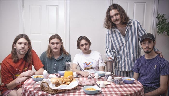 Two Year Vacation haben die EP Bedroom Rock veröffentlicht