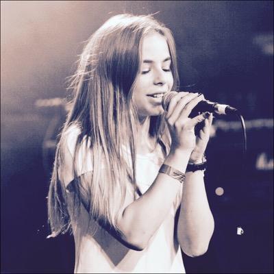 Julia Giampietro während eines Live-Konzerts